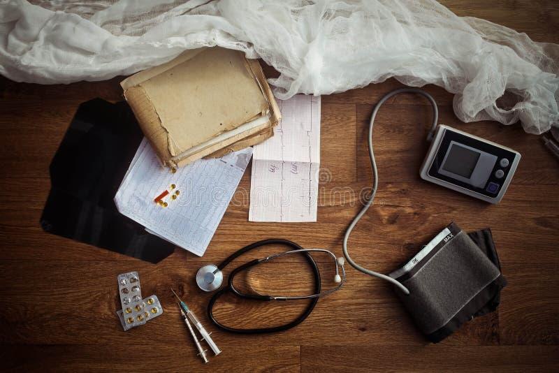 Elementos de trabajo del monitor y del estetoscopio de la presión arterial foto de archivo