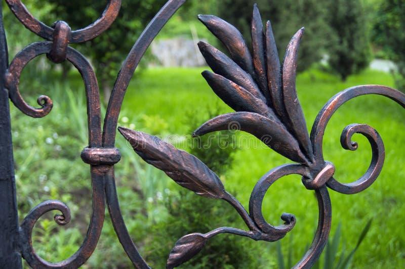 Elementos decorativos bonitos da cerca do ferro forjado fotografia de stock royalty free