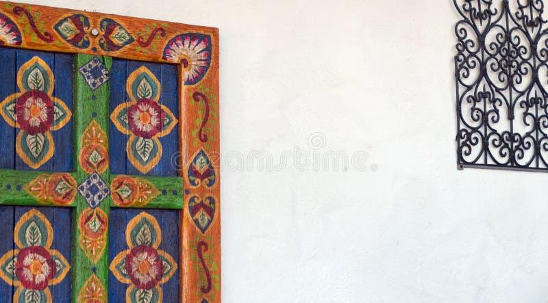 Elementos decorativos de artesanía en una pared blanca del casco antiguo imagenes de archivo