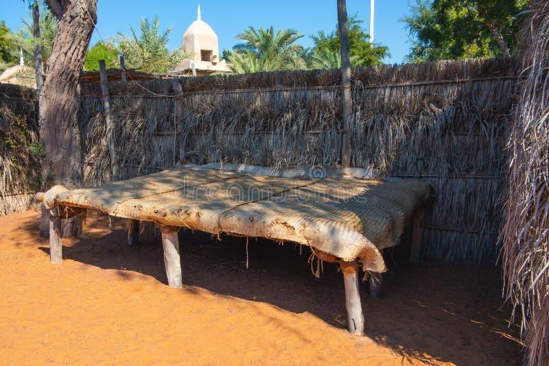 Elementos decorativos de la mejora urbana en la ciudad de vacaciones - la cama hizo de materiales naturales debajo de un toldo, p imagen de archivo libre de regalías