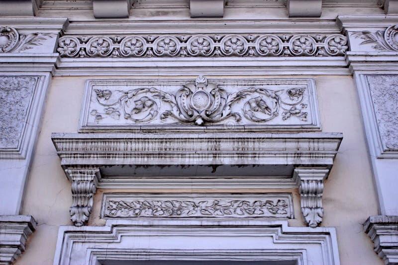 Elementos decorativos del estuco en el edificio del diecinueveavo centavo imagen de archivo