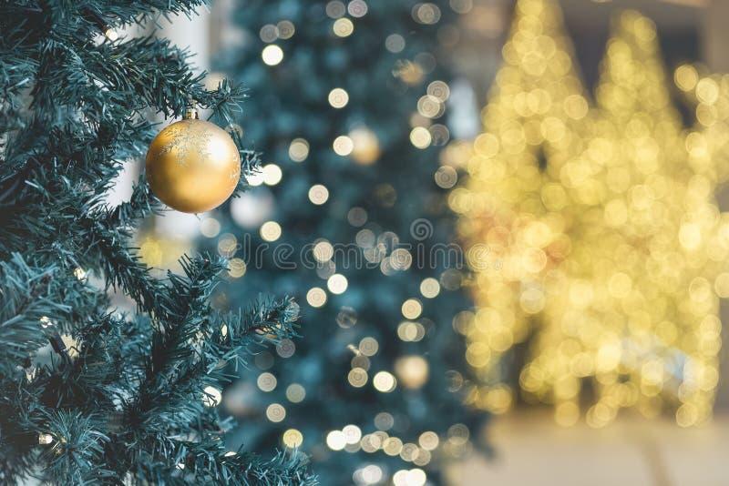 Elementos del fondo del oro de la falta de definición del árbol de Navidad de la decoración de la Navidad imagen de archivo