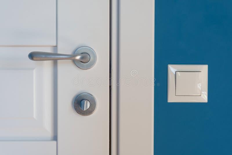 Elementos del primer del interior del apartamento Detalle de una puerta interior blanca con un tirador de puerta y un cierre, swi imagen de archivo libre de regalías