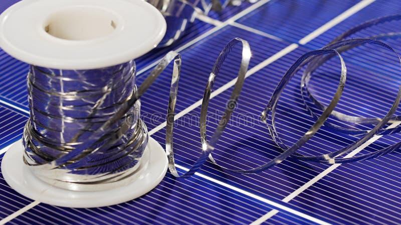 Elementos e fios da pilha de painel solar fotos de stock royalty free