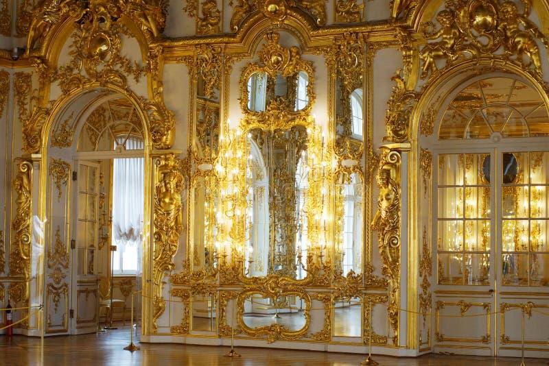 Elementos folheados a ouro da decoração do salão de baile no palácio dos czars do russo imagens de stock