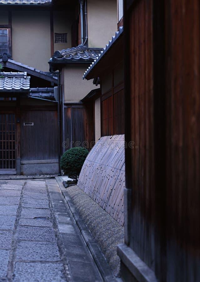 Elementos japoneses de la arquitectura de la casa que consisten en las paredes y los caminos de piedra fotografía de archivo