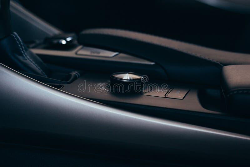 Elementos modernos interiores do carro, close-up do handbrake e cinto de segurança imagem de stock