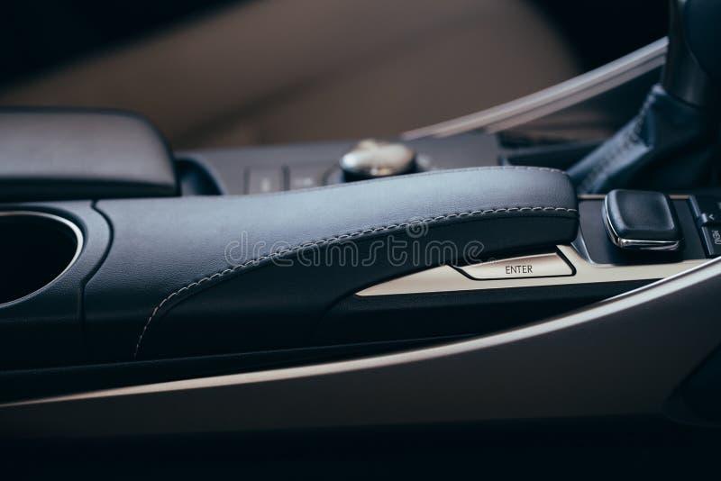 Elementos modernos interiores do carro, close-up do handbrake e cinto de seguran?a foto de stock