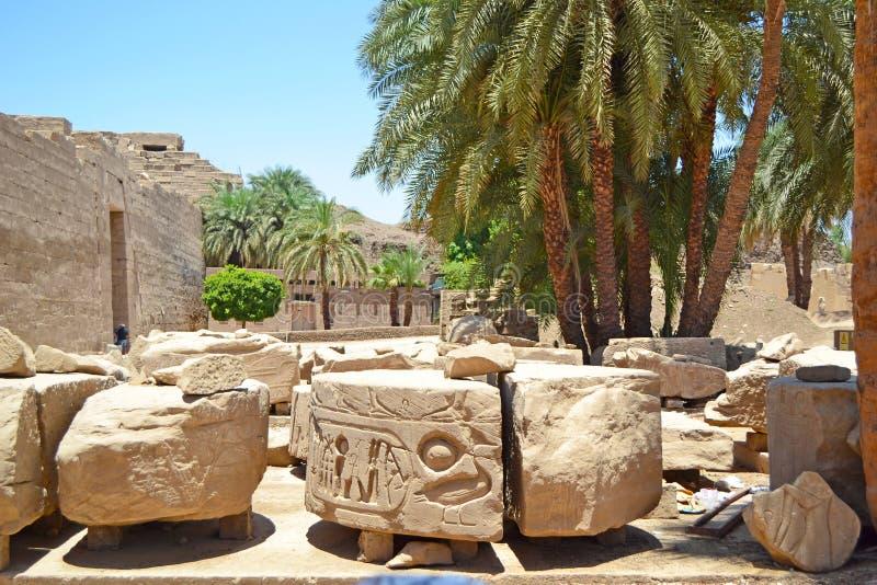 Elementos y detalles del interior del templo de Karnak en Luxor Fondo hermoso fotos de archivo libres de regalías