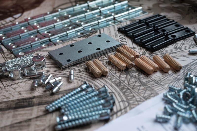Elementos y herramientas para el montaje de los muebles foto de archivo libre de regalías