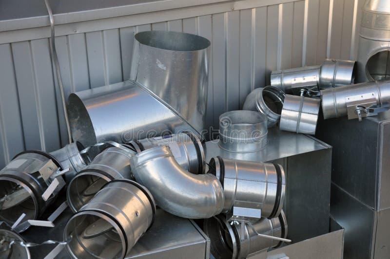 Elementos y piezas hechos de la hoja galvanizada para los diversos sistemas de ventilaci?n fotografía de archivo
