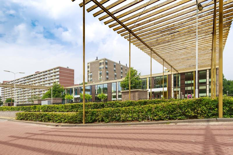 Elementryschool met grote flatgebouwen op backgroun royalty-vrije stock foto