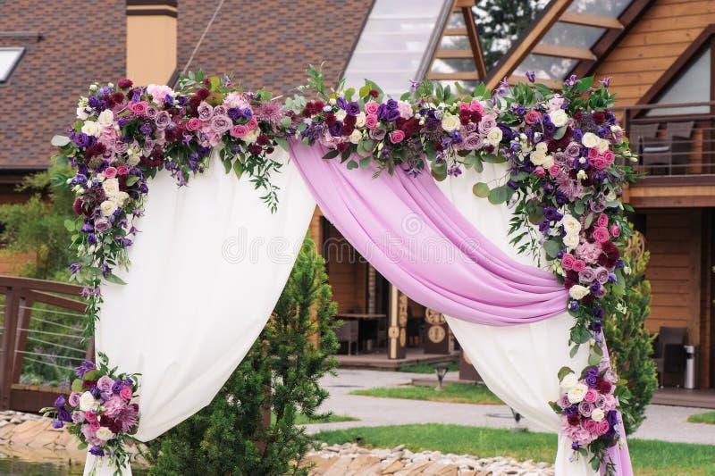 Elementu ślubu łuki bielu i menchii kwiatów zakończenie obrazy stock