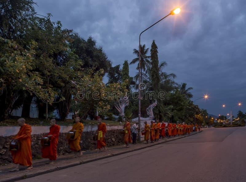 Elemosine che danno cerimonia davanti al tempio di Phramahathat Rajbovoravihane del tino, Luang Prabang, Laos immagine stock