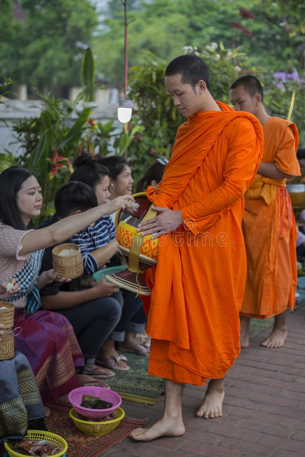 Elemosine che danno cerimonia in Luang Prabang, Laos fotografia stock