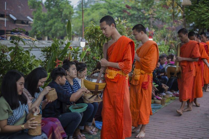 Elemosine che danno cerimonia in Luang Prabang, Laos immagini stock