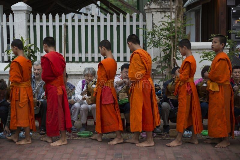 Elemosine che danno cerimonia in Luang Prabang, Laos fotografie stock