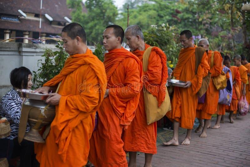 Elemosine che danno cerimonia in Luang Prabang, Laos immagini stock libere da diritti