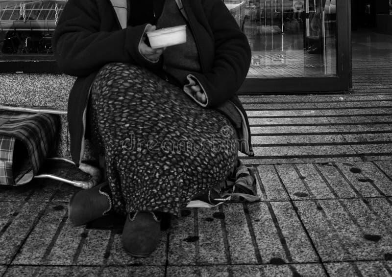 Elemosine difficili della donna immagine stock libera da diritti
