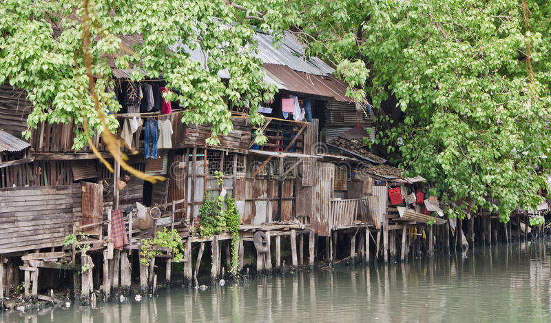 Elendsviertel auf schmutzigem Kanal stockfoto