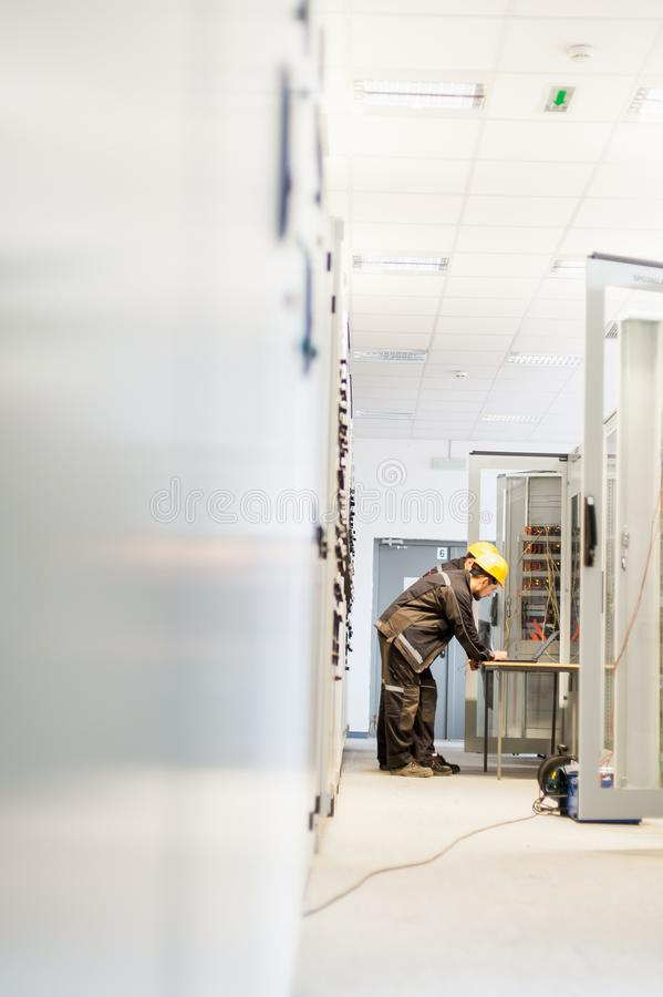 Eletrônica ou inspeção dos testes do grupo do serviço de campo elétrica fotografia de stock