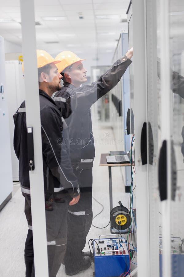 Eletrônica ou inspeção dos testes do grupo do serviço de campo elétrica fotos de stock royalty free