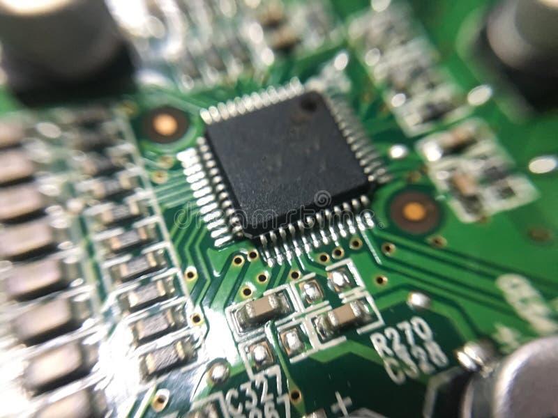 A eletrônica parte na tecnologia do resistor e da microplaqueta do prato principal fotos de stock royalty free