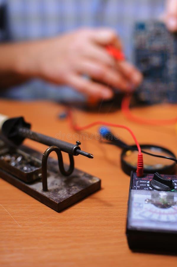 Eletrician sprawdza obwód deskę multimeter obraz royalty free