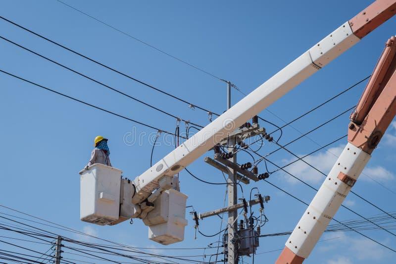 Eletricista com ele trabalho foto de stock royalty free