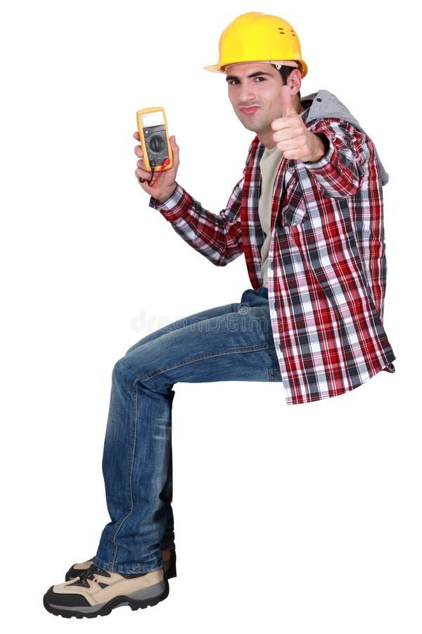 Eletricista com leitura elétrica imagem de stock