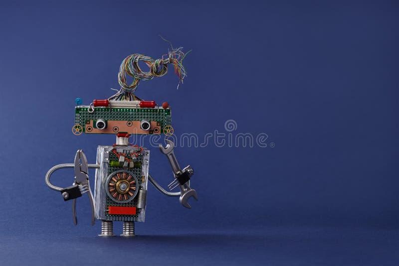 Eletricista criativo do brinquedo do projeto com os alicates da chave inglesa da chave da mão Robô colorido com penteado bonde do fotografia de stock