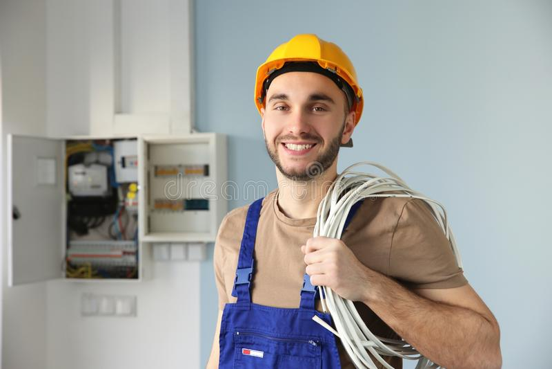 Eletricista de sorriso novo imagens de stock royalty free