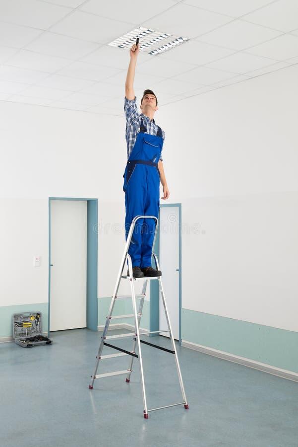 Eletricista Installing Ceiling Light fotos de stock royalty free