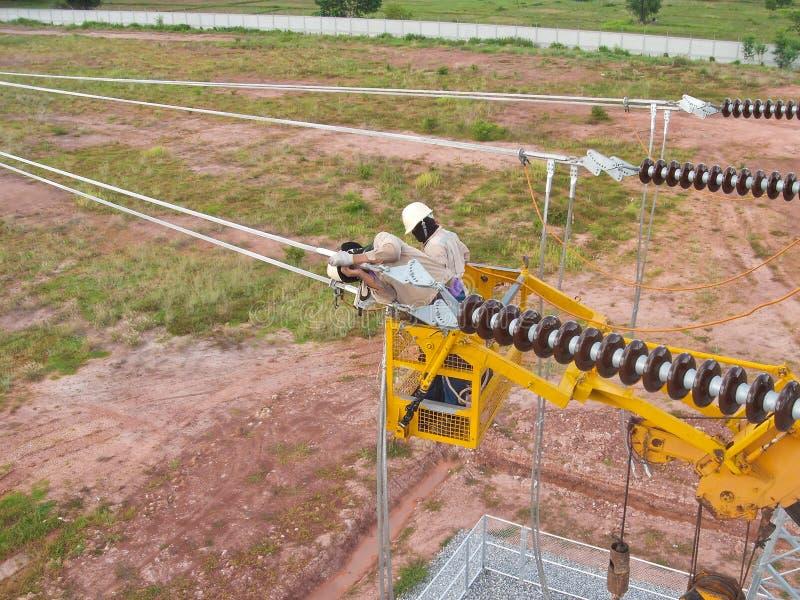 Eletricista na máquina desbastadora da cereja fotografia de stock
