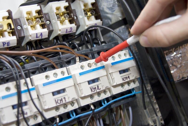 Eletricista no trabalho fotografia de stock