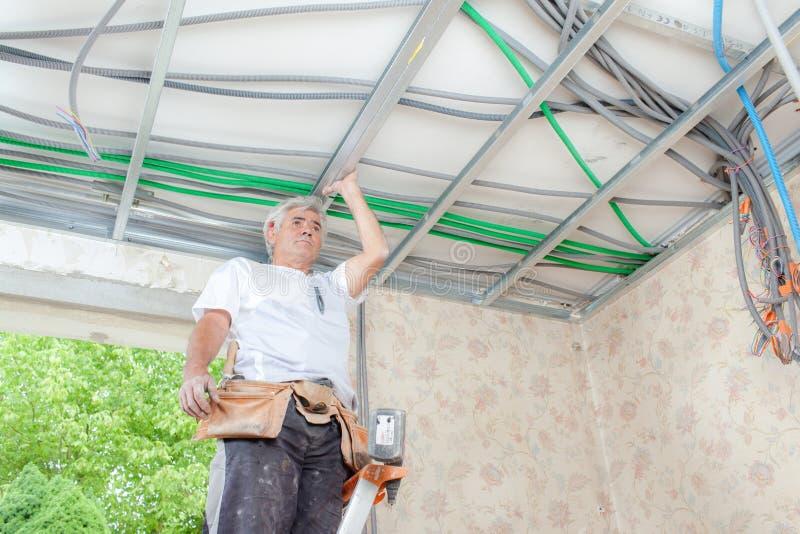 Eletricista no trabalho na garagem foto de stock royalty free