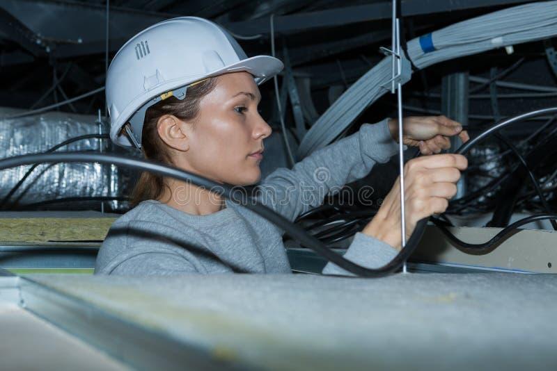 Eletricista que tende a prender no espaço do telhado imagem de stock royalty free