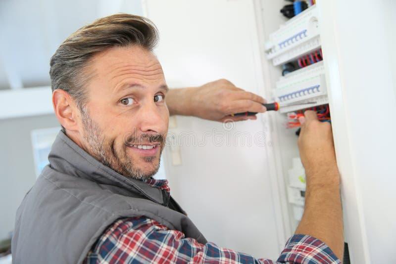 Eletricista que trabalha nas instalações imagem de stock royalty free