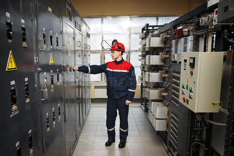 Eletricistas no capacete protetor imagem de stock