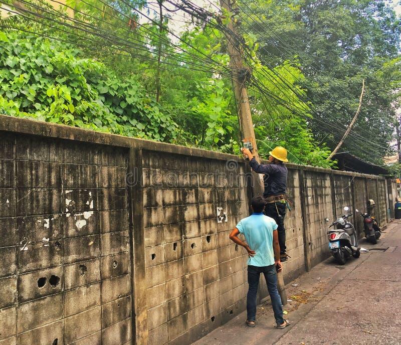 Eletricistas no trabalho em linhas elétricas exteriores em Tailândia imagens de stock royalty free