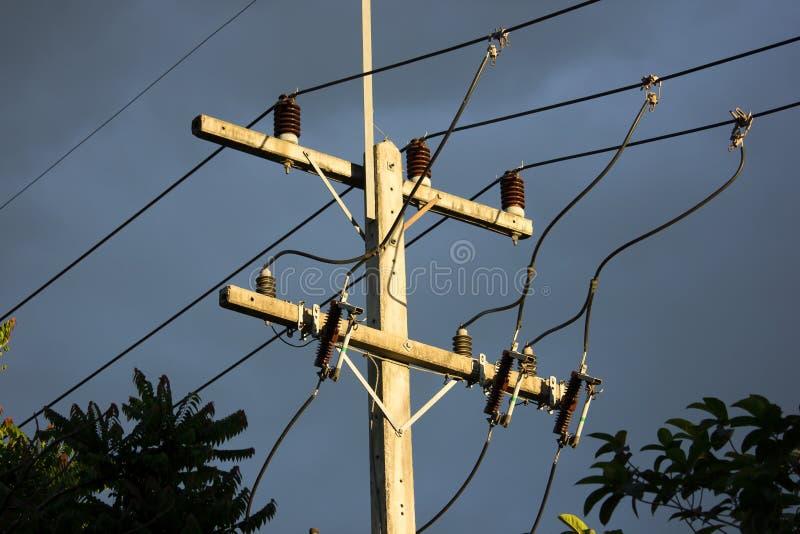 Eletricitylijn in de donkere tijd van de hemelzonsondergang stock afbeelding