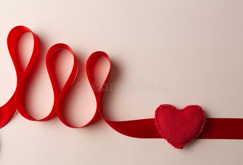 Eletrocardiograma com um coração vermelho em um fundo homogêneo imagem de stock royalty free