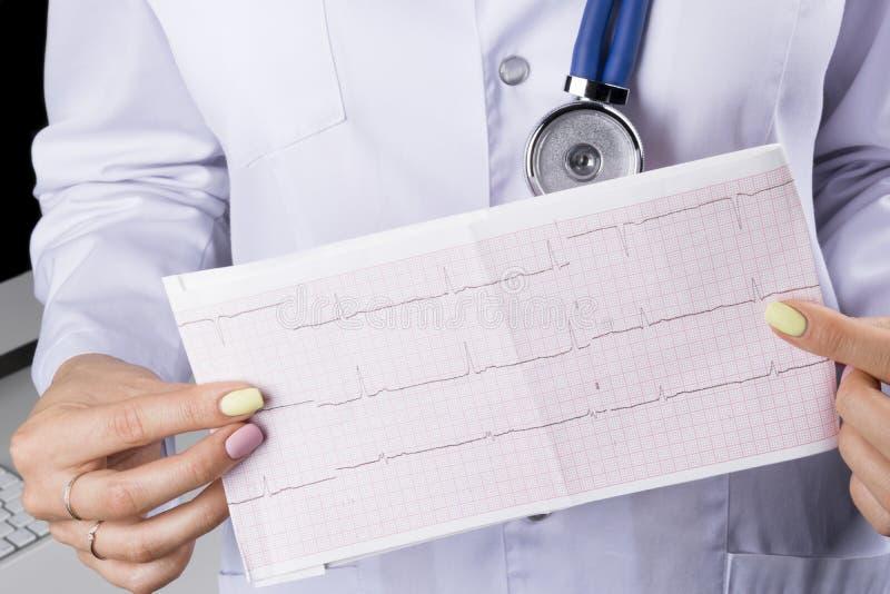 Eletrocardiograma, ecg à disposição de um doutor fêmea Cuidados médicos médicos O ritmo e o pulso do coração da cardiologia da cl imagens de stock royalty free