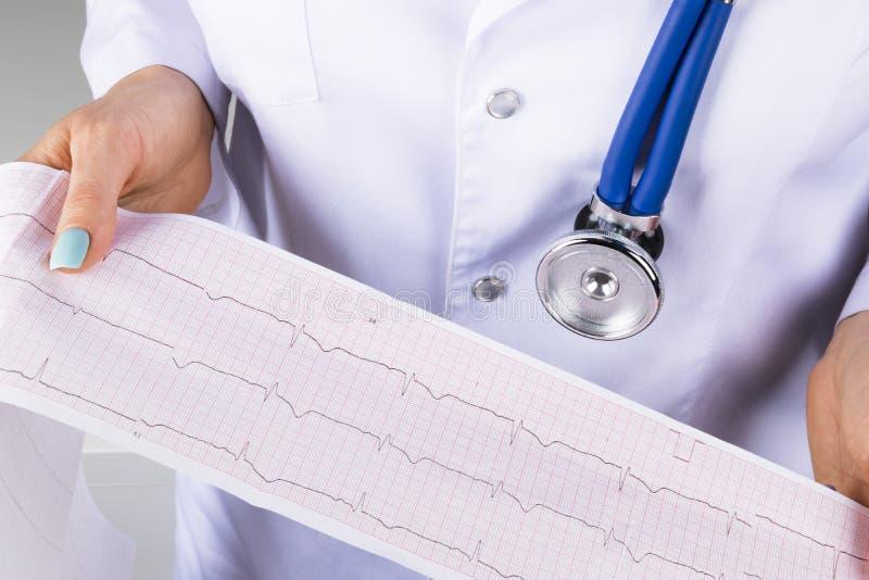 Eletrocardiograma, ecg à disposição de um doutor fêmea Cuidados médicos médicos O ritmo e o pulso do coração da cardiologia da cl foto de stock