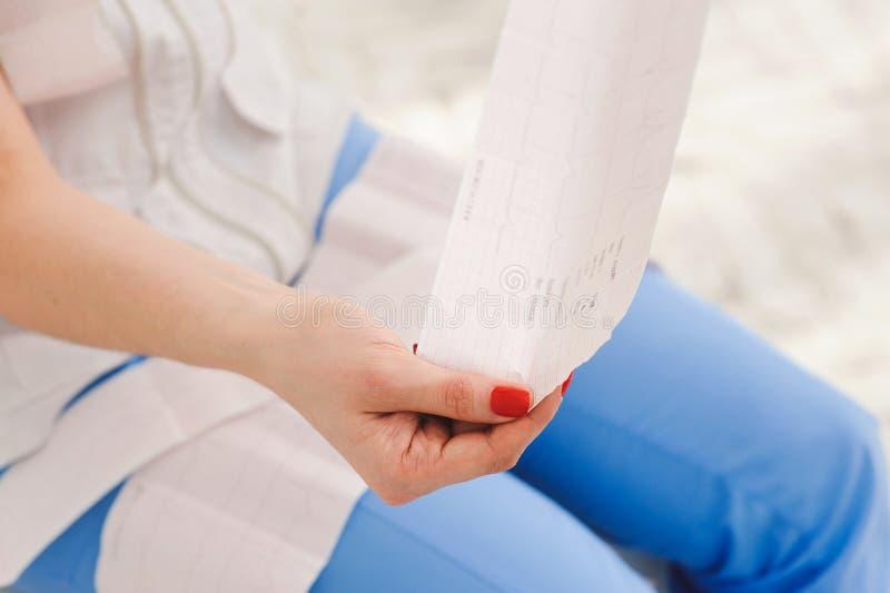 Eletrocardiograma, ecg à disposição, palma do doutor fotografia de stock