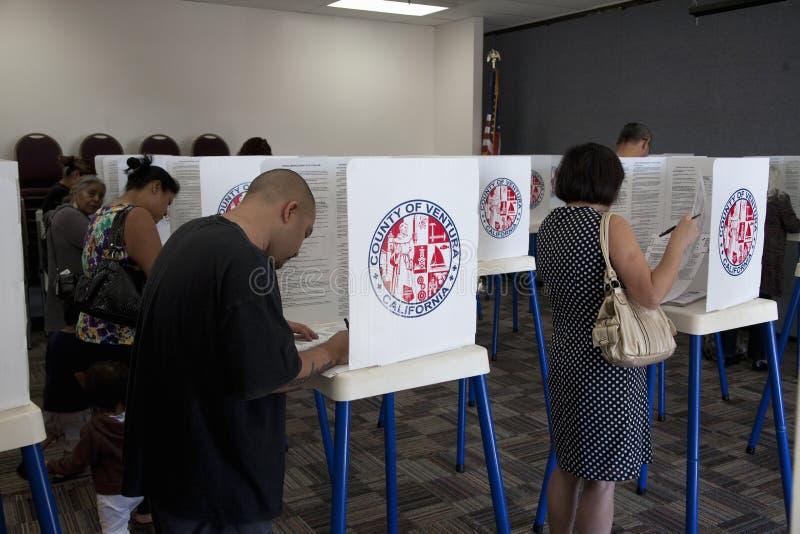 Elettori al seggio elettorale nel 2012 fotografia stock libera da diritti