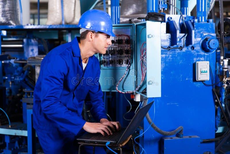 Elettricista che analizza i dati fotografia stock