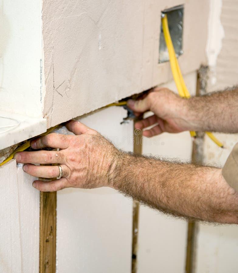 Elettricista Wiring The Walls Immagine Stock