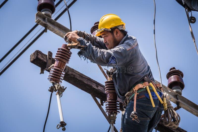 Elettricista che lavora al palo di elettricità fotografia stock libera da diritti