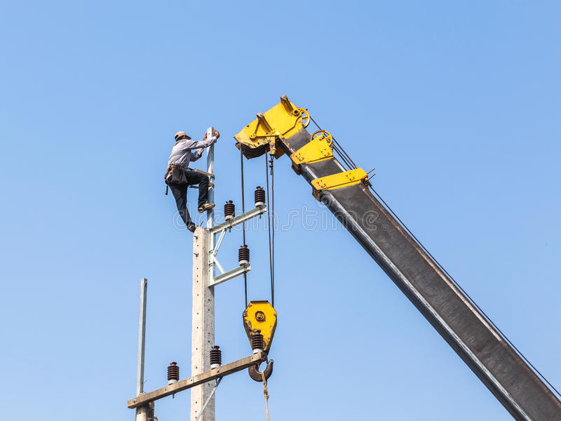 Elettricista che lavora nell'altezza con la gru fotografia stock libera da diritti